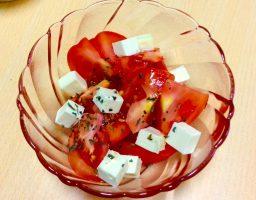 簡単だけど華やか、トマトとクリームチーズのサラダ