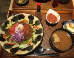 沖縄・那覇でおいしいタコライスを食べるなら「味噌めしや まるたま」がおすすめ。モノレール旭橋駅から徒歩10分!